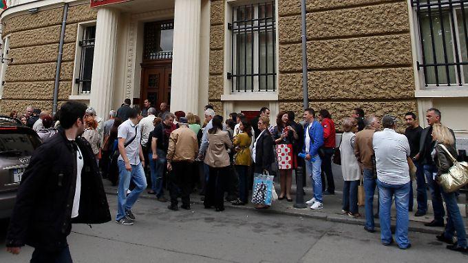 Auch am Montag stehen Bankkunden vor der Corporate Commercial Bank in Sofia Schlange.