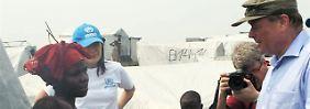 Auftritt im Flüchtlingslager: Der Minister aus Deutschland sucht im Militaria-Outfit das Gespräch mit Kriegsvertriebenen (hier in einem Lager im Ost-Kongo im Januar 2010).