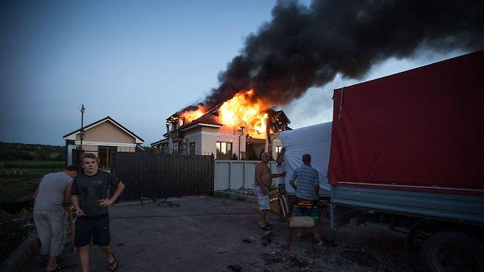 Ein bei den Kämpfen zerstörtes Haus nahe Lugansk.