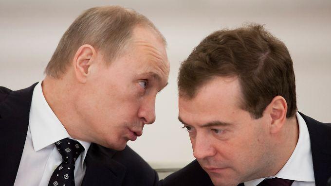 Russlands Präsident Putin (l) und Premierminister Medwedew haben Kiew den Gashahn zugedreht. Auch Europa drohen Engpässe.