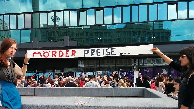 Auf den Punkt gebracht: Zwei Demonstrantinnen vor der Warteschlange.