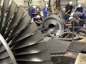 Kraftwerkstechniker montieren in einem Bremer Steinkohlekraftwerk eine Dampfturbinenanlage.