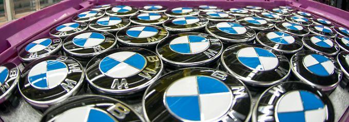 BMW-Logos liegen im Regensburger Werk bereit.