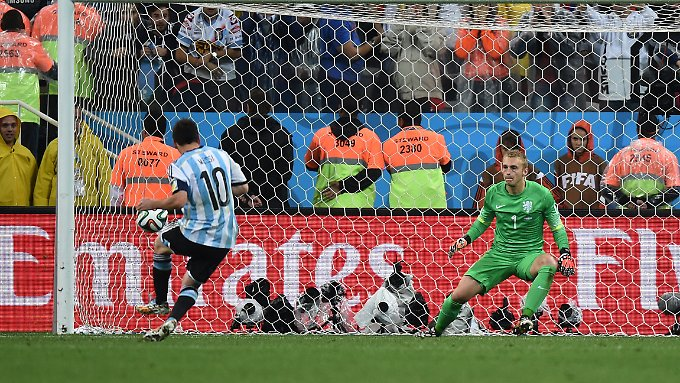 Messi verwandelt seinen Elfmeter.