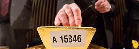 Ein Bundesbank-Mitarbeiter nimmt eine Ultraschallprüfung an einem Goldbarren vor.