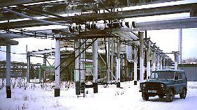 Eine der riesigen Gaskondensat-Anlagen in Nowy Urengoj, eine Stadt am Polarkreis in Westsibirien.