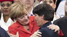 """""""Angela Merkel hat vor der Mannschaft eine kurze Ansprache gehalten. Sie hat gesagt, es ist schön, wenn sie schon so eine lange Reise machen musste, dass wir dann wenigstens auch gewonnen haben."""" (Bundestrainer Joachim Löw zur kurzen Kabinenansprache von Kanzlerin Angela Merkel nach dem 4:0 gegen Portugal)"""