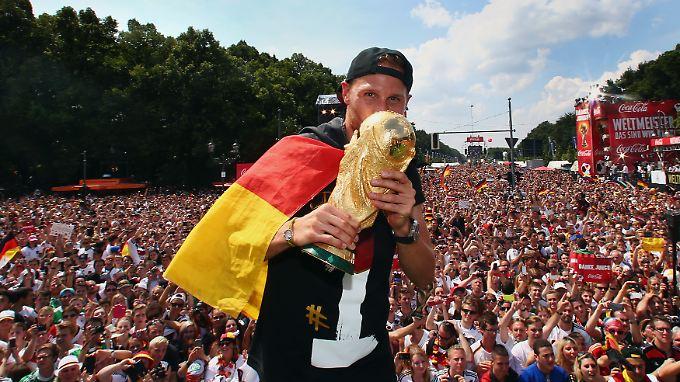 Hunderttausende feiern auf der Fanmeile mit Benedikt Höwedes den WM-Sieg. Die Fifa kassiert mit.