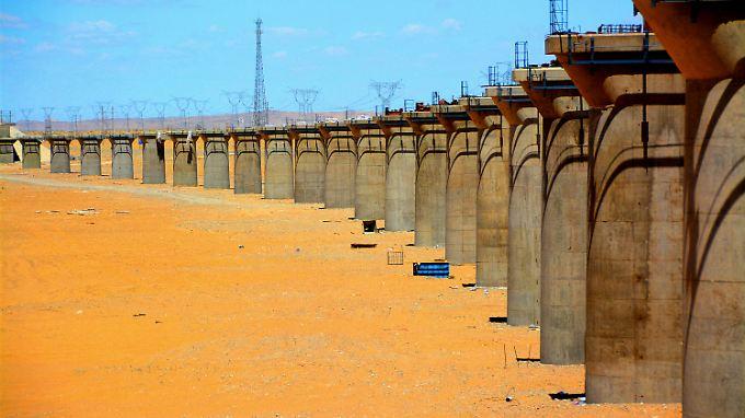 Mit gewaltigen Investitionen in die Infrastruktur (hier ein Bahn-Viadukt) treibt Chinas Regierung das Wachstum voran.