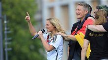 Nur einer schneidet eine Grimasse: Helene Fischer überrascht DFB-Team in Berlin