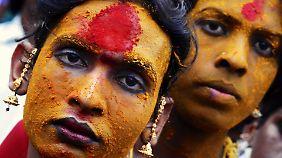 Indische Eunuchen bei einem Fest in Koovagam im Mai 2014: Hijra werden häufig auch als Eunuchen bezeichnet bzw. wahrgenommen.