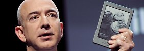 Amazon-Chef Jeff Bezos mit einem Kindle. Foto: Justin Lane