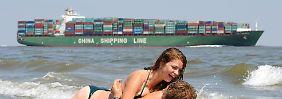 Konjunkturindikator mir Seeblick: Vom Strand in Cuxhaven-Döse aus lässt sich die Intensität des Schiffsverkehrs auf der Elbe von und zu Deutschlands größtem Seehafen gut beobachten.