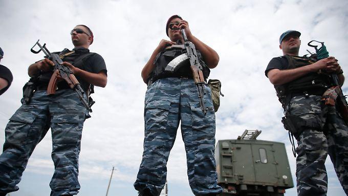 Posierende pro-russische Separatisten - auch an der Absturzstelle der malaysischen Maschine.