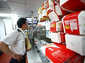 Fast-Food-Ketten unter Generalverdacht: Beamte der Lebensmittelaufsicht nehmen in China die Lieferbeziehungen großer Schnellrestaurants unter die Lupe.