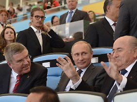 Umstrittenes Trio: Bach mit Russlands Präsidenten Wladimir Putin und Fifa-Boss Joseph Blatter.