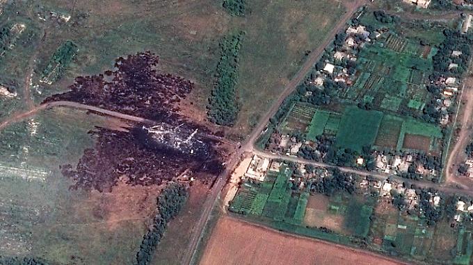 Das Ende von MH17: Trümmer der Boeing 777 der Malaysia Airlines schlugen bei Grabovo, rund 100 Kilometer östlich von Donetsk auf.
