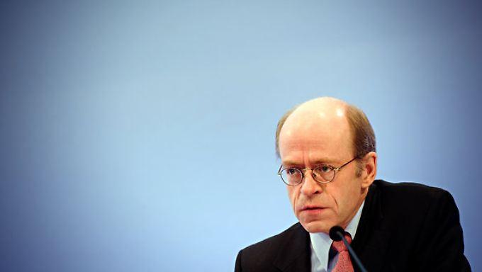 Münchener-Rück-Chef Nikolaus von Bomhard warnt: Die Nebenwirkungen der lockeren Geldpolitik steigen.