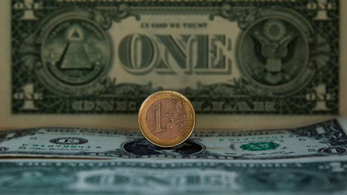 Der Dollar gibt derzeit den Takt vor. Der Euro reagiert aber auf Konjunkturdaten aus der Eurozone - wenn auch nur leicht.