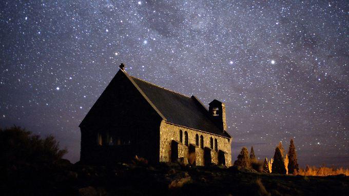 Der Sternenhimmel über einer Kirche in Neuseeland.