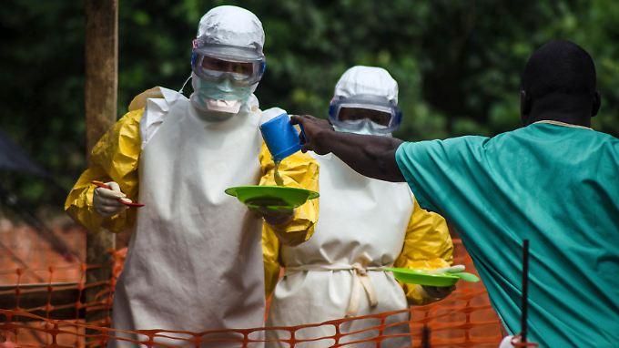 Das medizinische Personal muss strenge Vorschriften einhalten, wenn es denn Ebola-Infizierten Essen bringt.