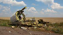 Die Trümmer des abgestürzten Flugzeugs waren über mehrere Kilometer verstreut.