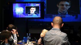 Snowden bei seinem umstrittenen Auftritt während der Befragung Putins im Fernsehen im April 2014 in Moskau.
