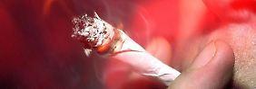 Achtung:Auch Passivrauchen von Cannabis kann die Fahrerlaubnis kosten.