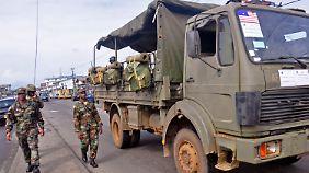 Soldaten patrouillieren durch Liberias Hauptstadt Monrovia - sie sollen eine Panik unter der Bevölkerung verhindern.