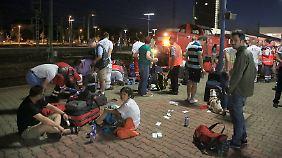 Unter Schock: Passagiere des Eurocity werden nach der Kollision medizinisch erstversorgt.