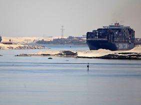 Containerriesen im Wüstensand: Frachtschiffe bei der Kanalpassage nahe Ismailia.