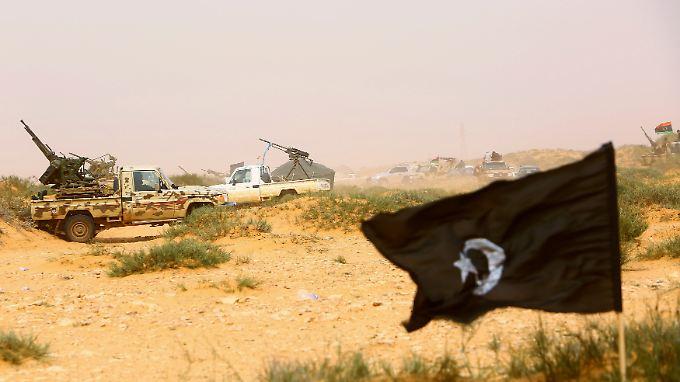Verschiedenste Rebellengruppen kämpfen in Libyen um die Vorherrschaft - und verwickeln immer öfter auch die angrenzenden Länder in Gefechte.