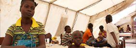 Eine Mutter mit ihrer fünfjährigen Tochter in einem behelfsmäßigen Hospital in Bangui.