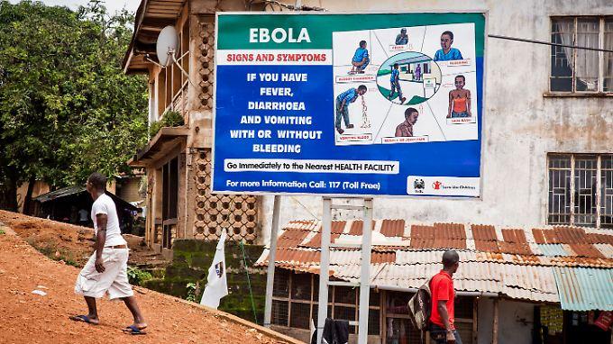 Eine große Tafel in Freetown in Sierra Leone klärt über Ebola-Symptome auf und gibt Hygiene-Hinweise.