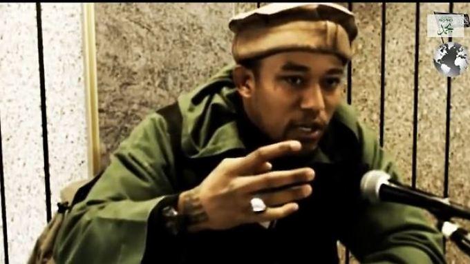 """Einer der bekanntesten Deutschen, die in den """"heiligen Krieg"""" nach Syrien gezogen sind: der Berliner Rapper Deso Dogg (Abu Talha al-Almani) in einem seiner vielen Youtube-Videos."""