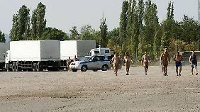 Lkws pausieren auf Militärbasis: Tauziehen um russischen Hilfskonvoi geht weiter