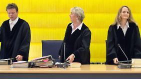 Die Vorsitzende Richterin Elke Escher (M) mit den beisitzenden Richtern Gerhard Lindner und Ruth Koller.