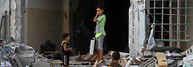 Kinder inspizieren eine Ruine. Über 200.000 Menschen harren derzeit in Flüchtlingsunterkünften aus und kommen nur kurz zu ihren Häusern zurück.