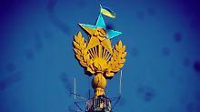 Aktivisten ärgern russische Polizei: Stalin-Kathedrale erstrahlt in Blau-Gelb