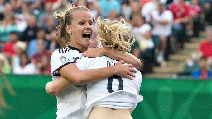 Lena Petermann (l.) und Pauline Bremer verhalfen den deutschen U-20-Damen zum dritten WM-Finaleinzug hintereinander.