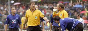 21. August 2004, Tatort Paderborn: Schiedsrichter Robert Hoyzer hat dem Hamburger Bastian Reinhardt, rechts, die Gelbe Karte gezeigt. Sehr zum Entsetzen von Stefan Beinlich.