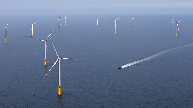 Weit draußen im Meer, wie hier der Windpark Meerwind vor Helgoland, sind Windkraftanlagen effizient.