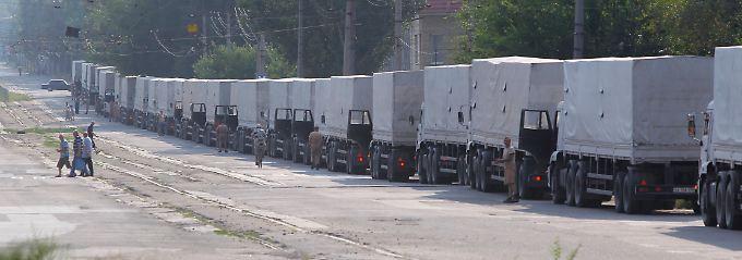 Lastwagen aus dem russischen Hilfskonvoi in der ukrainischen Stadt Lugansk.
