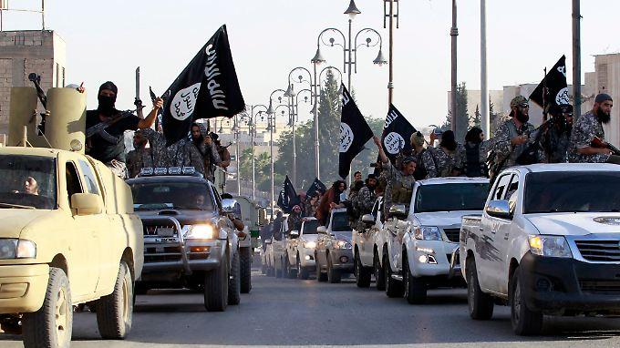"""Kämpfer des """"Islamischen Staats"""" im Juni bei einer Parade durch die nordsyrische Stadt Raqqa."""