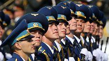 Mindestens 1500 Soldaten sowie 49 Einheiten schwerer Armeetechnik nehmen an der Waffenschau teil. So auch die ukrainische Luftwaffe.