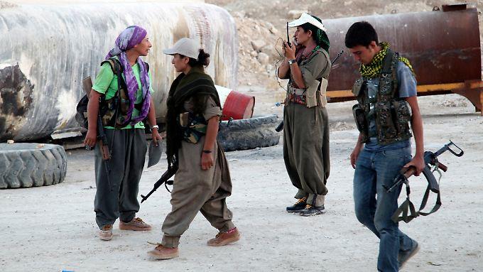 PKK-Kämpferinnen, die sich auf den Kampf gegen IS-Milizen vorbereiten.