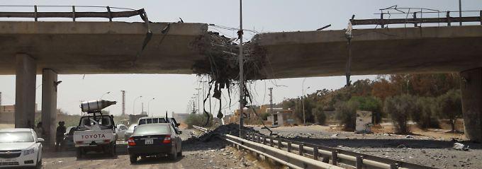 Bombentreffer aus der Luft? Durch das  Eingreifen fremder Kampfflugzeuge könnte sich der libysche Bürgerkrieg zu einem überregionalen Krisenherd ausweiten.