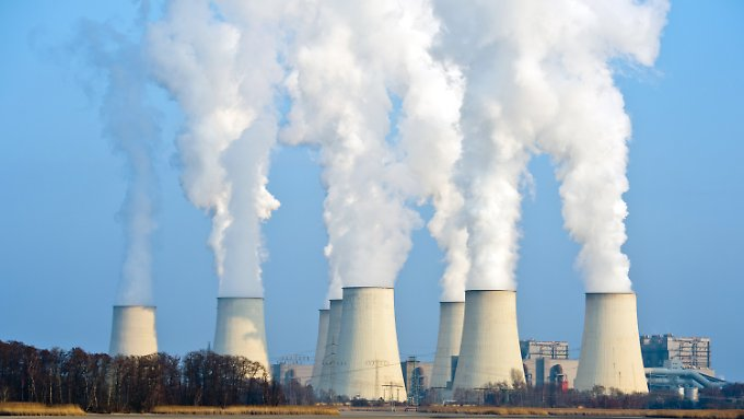 Wasserdampf steigt aus den Kühltürmen des Braunkohlekraftwerkes von Vattenfall in Jänschwalde. Es ist nach Firmenangaben das größte seiner Art in Deutschland.