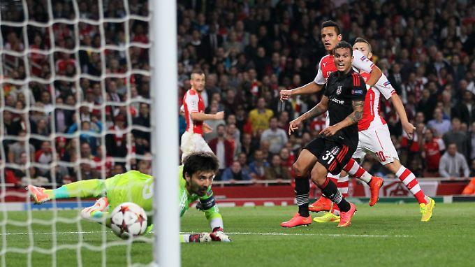 Alexis Sanchez (3.v.r.) trifft - und schießt Arsenal in die Gruppenphase.