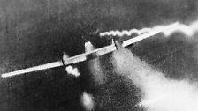 """Auch angesichts steigender Verluste der deutschen Luftwaffe verschiebt Hitler Mitte September die geplante Landung in Großbritannien """"bis auf weiteres""""."""